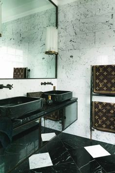 Très belle salle de bain de luxe tout en marbre noir  blanc !  Faites votre salle de bain sur mesure en marbre sur : http://www.pierreetgalet.com/