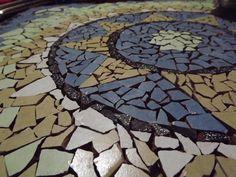 Mosaico sobre mesa de cafe con materiales reciclados.