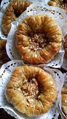 Ingrédients: 1 paquet de pâte filo (15 feuilles) 200 g d'amandes beurre fondu Pour le sirop: 500 g de sucre 500 ml d'eau une cuillère à c de citron Prépar
