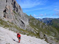 66 Wander-Zitate aus 4 Jahrtausenden - Foto: Kurz vor dem Anstieg zur Roascharte Blick zurück auf den Dolomiten-Höhenweg Nr. 2. (Christof Herrmann, 2012)