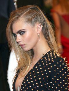Las melenas ladeadas toman ahora un nuevo rumbo 'punk': Cara Delevingne añade una trenza de raíz que simula llevar rapada una mitad del pelo.