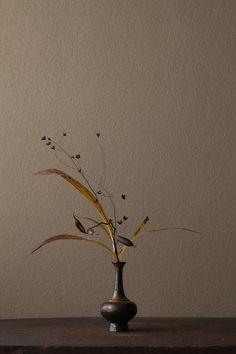 Ikebana Flower Arrangement, Flower Vases, Floral Arrangements, Japanese Flowers, Japanese Art, Bonsai, Sogetsu Ikebana, Japanese Typography, Flower Tea