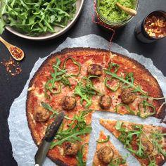 Sprød blomkålspizza med kødboller og pesto