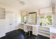 Les grandes portes-fenêtres laissent entrer une tonne de lumière naturelle dans le dressing. Cliquez ici pour jeter un coup d'œil à l'intérieur de la magnifique villa de style espagnol de l'actrice Mindy Kaling.