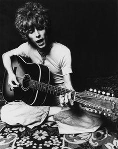 2. Le Dylan psychédélique -  Après la vague mod, le jeune Bowie tâtonne aussi bien stylistiquement que musicalement. Entre pop humoristique, music-hall et folk, son premier album ne se vend pas. Le cheveu bouclé et la guitare acoustique à la main, Bowie est sous haute influence Dylan et Syd Barrett. Si l\