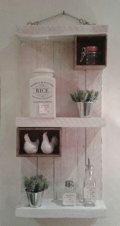 pannello legno riciclato con mensole portaoggetti