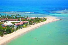 Vista aérea da praia e do Serrambi Resort: com 30 mil metros quadrados, 400 coqueiros e 70% de área verde, o hotel com 149 apartamentos fica dentro de um gigantesco condomínio