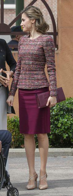 Reina ha tenido una reunión de trabajo en la sede del Real Patronato sobre discapacidad. 21.03.2017. Lo combinó con su cartera (también burdeos) de piel de Acosta y los zapatos con tiras cruzadas de piel de serpiente de Magrit