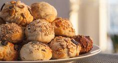 Wer zu Frühstück oder Brunch frische Brötchen anbieten will, muss entweder zum Bäcker gehen (blöd), früh aufstehen (auch blöd), oder dieses Rezept testen.