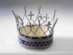 Det blir väldigt sagoaktigt att bära brudkrona! Vissa kyrkor har ibland en krona att låna ut helt gratis! (Denna är från Jokkmokk från 1967) [Old  swedish fairy tale bridal crown] #wedding #bröllop #ecobride Swedish Fashion, Thread Bracelets, Bone Jewelry, Bridal Crown, Metal Crafts, Second Hand, Handicraft, Reindeer, Bling