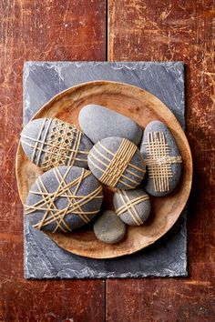 Stone Crafts, Rock Crafts, Arts And Crafts, Diy Crafts, Diy Wall Art, Diy Art, Stone Wrapping, Pebble Art, Pebble Mosaic