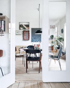 41 Awesome Scandinavian Style Interior Apartment Ideas - 2020 Home design Scandinavian Style, Scandinavian Interior Design, Scandinavian Apartment, Piece A Vivre, Apartment Interior, Apartment Ideas, Mid Century Modern Design, Dining Room Design, Interiores Design