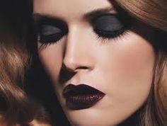 Resultado de imagen de mujeres maquillandose los ojos