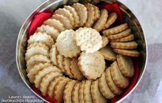 """Simplu de facut, gustosi, fragezi, aromati….toate atuurile de partea lor: biscuitii """"shortbread"""". Shortbread este un biscuite/ fursec traditional englezesc, care a primit denumirea datorita aluatului, texturii crocante, faramicioase. In mod normal, compozitia este formata dintr-o parte zahar alb, doua parti unt si 3 parti … Unt, Shortbread, Biscuit, Dairy, Cheese, Cookie Favors, Cookie, Biscuits, Cookies"""