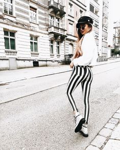 Casual chic outfit in black and white stripes. Outfits With Hats, Trendy Outfits, Fall Outfits, Fashion Outfits, Fashion Fashion, Fashion Stores, Fashion Black, Vintage Fashion, Older Women Fashion