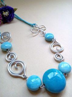 Collane in alluminio con pietre in ceramica celeste   Questa collana è creata con la tecnica Wire Wrapped, ha come elemento principalmente il filo di alluminio  metallico, lavor - 18928935