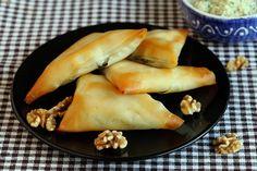Dit authentiek Griekse filodeeghapje heeft een heerlijke vulling van spinazie en tofu. Filodeeg vind je in het vriesvak bij het bladerdeeg. Je kunt er heel creatief mee zijn en lekkere dingen mee maken, maar doe wel voorzichtig: het scheurt heel snel. Terwijl je met filodeeg werkt, kun je het beste de overige plakjes filodeeg met een vochtige theedoek afdekken (bijvoorbeeld de theedoek die je hebt gebruikt om het vocht uit de tofu te drukken)