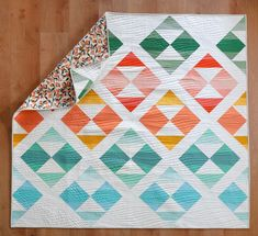 New Horizons, the modern quilt pattern from Suzyquilts.com, makes a stunning baby quilt! This pattern is beginner friendly and looks so much more difficult than it really is. #modernbabyquilt #quiltpattern #babyquilts Beginner Quilt Patterns, Modern Quilt Patterns, Quilting For Beginners, Sewing Patterns, Fat Quarter Quilt, Half Square Triangle Quilts, Sewing Art, Quilt Kits, Longarm Quilting