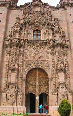 """Guanajuato - México Iglesia de San Cayetano, Siglo XVIII  Este templo de estilo churrigueresco fue construido en las afueras de Guanajuato entre 1765 y 1768 y se edificó sobre la mina de plata más rica de todo el continente conocida como la """"Valenciana""""."""