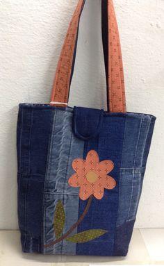 Bolsa em jeans com bordado a máo. A venda em wwwElo7.com.br/andreamarmeatelie.com.bt