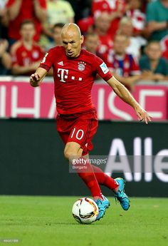Arjen Robben of Bayern Muenchen runs with the ball during the Bundesliga match between FC Bayern Muenchen and Hamburger SV at Allianz Arena on August 14, 2015 in Munich, Germany.