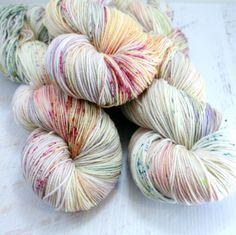 Swoon fibres, laine chaussette, merino, fils teints à la main, speckle teints, peyton chaussette par swoonfibers sur Etsy https://www.etsy.com/fr/listing/206321343/swoon-fibres-laine-chaussette-merino