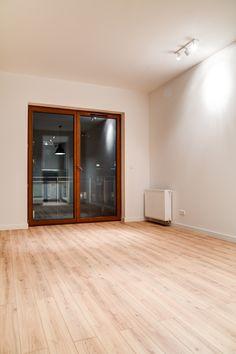 Kolejne mieszkanie na wynajem w portfolio Perfect Space. Założenie projektowe lokalu:  ma spodobać się ewentualnemu najemcy – singlowi, bądź parze młodych, pracujących osób. Uniwersalna kolorystyka, dębowa podłoga, brak jaskrawych kolorów. Kuchnia i łazienka wyposażona w zabudowy zabudowane robione pod wymiar. Ciepłego charakteru nadają lampy i elementy oświetleniowe Nowodvorski.