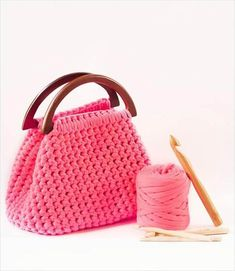 """Zpagetti crochet bag ♡ / lots of beautiful handbags - various styles with """"yarn tape"""" but no patterns - just pics. Diy Crochet Purse, Crochet Handbags, Crochet Purses, Crochet Crafts, Crochet Bags, Knit Crochet, Crochet Fabric, Crochet Food, Crochet Winter"""