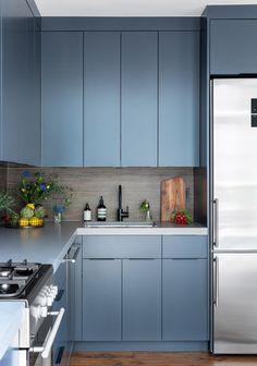 Modern Kitchen Interior Remodeling Designer Do's and Don'ts for Kitchen Blue Kitchen Designs, Kitchen Design Open, Interior Design Kitchen, Modern Interior, Apartment Kitchen, Home Decor Kitchen, Kitchen And Bath, Kitchen Pantry, Kitchen Ideas