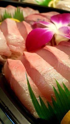 겨울 제철음식의 대표주자, 방어! 손자가 군입대후 첫 휴가를 나왔다 방어회를 먹고싶다고해서 활어를 떠서 집에 가지고와서 온 식구가 맛있게 먹었다  방어는 11월에서 2월에 특히 맛이 좋은 전갱이과의 대형 물고기입니다. �