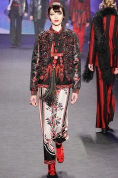 See the complete Anna Sui Fall 2014 Ready-to-Wear collection. Ny Fashion Week, Love Fashion, Fashion Show, Fashion Design, Ethnic Fashion, Modern Fashion, 2014 Fashion Trends, 2014 Trends, Orientation Outfit