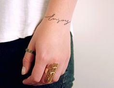 """Tattoo mit Schriften - diese lautet """"Genieße"""""""