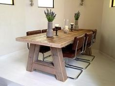 Stoere houten tafel op maat gemaakt van extra dikke oude vurenhout planken. De houten tafel wordt in twee weken thuis bezorgd!