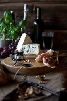 Meat Cheese Platters, Charcuterie Cheese, Cheese Appetizers, Wine Cheese, Tapas Recipes, Raw Food Recipes, Wine Recipes, Antipasto, Food Styling