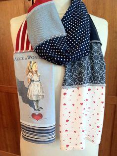 Upcycled t-shirt écharpe ... Alice au pays des merveilles ... coeurs ... rouge, blanc, bleu