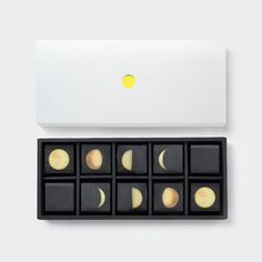 Citrus Moon - Moon Festival Giftbox on Packaging of the World - Creative Package Design Gallery Biscuits Packaging, Cake Packaging, Brand Packaging, Simple Packaging, Mooncake, Chocolate Packaging, Chocolate Gifts, Blog Design, Tea Design