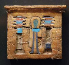 Pectoral de madera con símbolos representativos de OSIRIS y ISIS. Hacia 1400-1100 a.C.