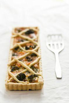 Una torta salata delicata e con ingredienti di stagione: broccoli e salmone affumicato