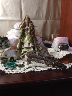 Muñeca hecha a mano de interior se hace de los materiales naturales en verde oliva y tonos beige, decorados con poco la bolsa y tejer botas, tiene alas y lazo para colgar