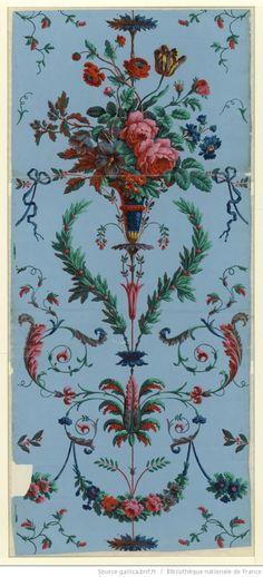 [Manufacture Jacquemart et Bénard. Papier à motif répétitif. Motif répétitif en arabesque à un chemin combinant des festons de fleurs suspendus à un culot ] : [papier peint]