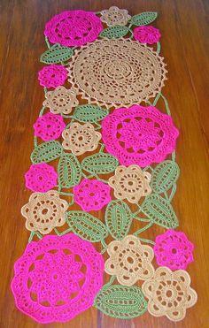Desde que lo puse en la mesa el buen tiempo a comenzado. No sé si será coincidencia... Crochet Table Runner, Crochet Tablecloth, Crochet Doilies, Crochet Flowers, Crochet Stitches, Crochet Doll Pattern, Crochet Patterns, Crochet Bouquet, Crochet Carpet
