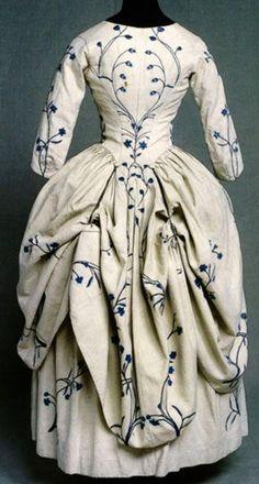 Robe à la Polonaise, 1770, Inglaterra. Tela de chintz. Los faldones de la casaca se recogen en tres áreas, y se aseguran con puntadas o cordones.