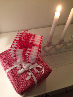 Julegaver blir pakket inn i papir fra søstrene grene