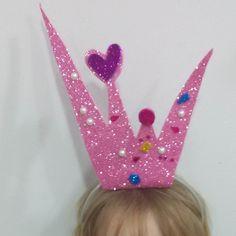 Mi princesita pequeña ha aprendido a hacer pedorretas y no para en todo el rato jejeje. Mi princesa mayor por el contrario esta aprendiendo cosas del cuerpo humano. Hoy me ha sorprendido d diciéndome que el corazón reparte la sangre a las venas y que a mí me podrían pinchar en las teti porque tengo muchas venas ahí.XD  Os he compartido el diy de la corona en mi nuevo post. Link en mi bio  #diy #handmade #hechoamamo #niña #disfraz #costume #niña #hija #purpurina #glitter by 2eloa