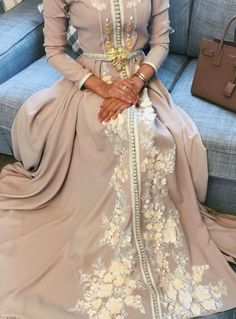 Read ° Caftan ° from the story ° BOOK PHOTOS ° by xitsbaeex (xxBABYGIRLxx) with reads. Abaya Style, Hijab Style, Arab Fashion, Islamic Fashion, Muslim Fashion, Kaftan Moroccan, Morrocan Dress, Oriental Dress, Arabic Dress