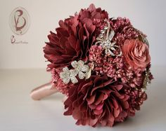 Bouquet de broches e flores secas