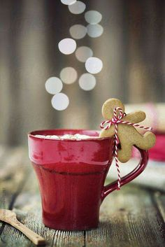 Hot chocolate with mini gingerbread man by Ruth Black - Christmas, Drink - Stocksy United Christmas Mood, Noel Christmas, Christmas Treats, Christmas Baking, Christmas Cookies, Christmas Coffee, Country Christmas, Black Christmas, Christmas Chocolate