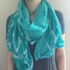 turquoise/green scarf Very pretty scarf! Mostly a turquoise/green color with a cute pattern. Large and light weight. Small snag but not noticeable when wearing around neck. Accessories Scarves & Wraps