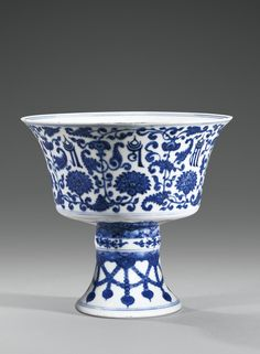 A BLUE AND WHITE PORCELAIN 'LANÇA' STEMCUP, CHINA, QING DYNASTY, QIANLONG MARK AND PERIOD (1736-1795)