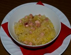 Für das Sauerkraut,falls notwendigdas Kraut wässern. Speck und Zwiebel würfeln, das Schweineschmalz erhitzen und die Zwiebel- und Speckwürfel